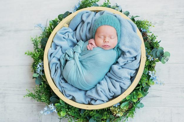 Neugeborener junge zu hause schlafen