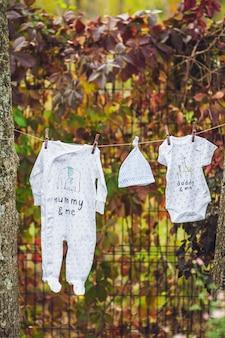 Neugeborenes baby auf einem stapel sauberer trockener handtücher.