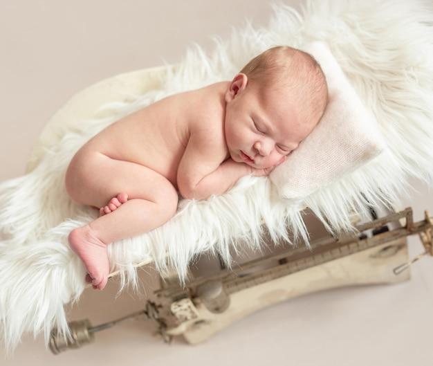 Neugeborenes baby auf waage