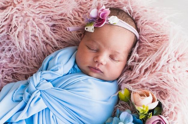 Neugeborenes baby, das in der decke schläft