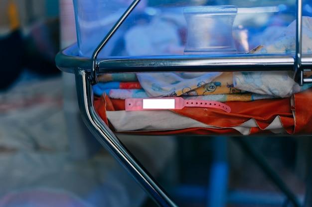 Neugeborenes baby, das unter blauer lampe wegen bilirubins liegt