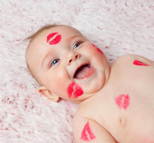 Neugeborenes baby giergefüllte küsse