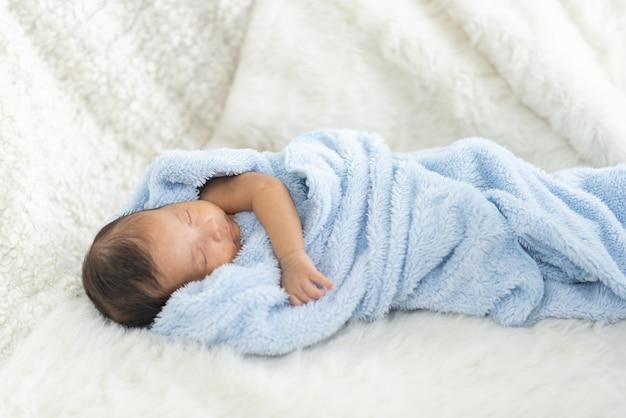 Neugeborenes baby im bett schlafen