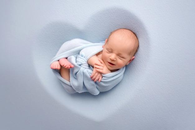 Neugeborenes baby in einem blauen kokon. foto in hoher qualität
