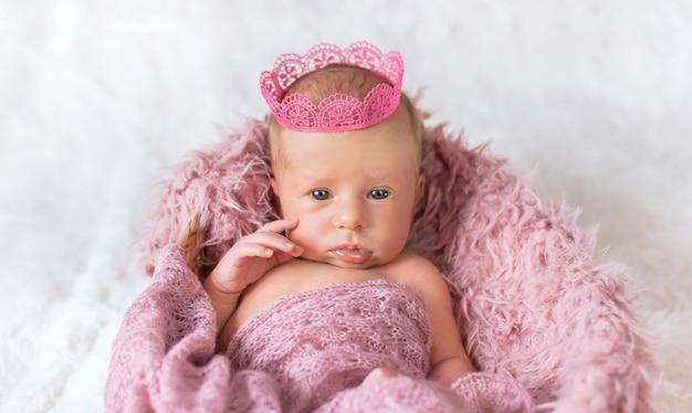 Neugeborenes baby in einer mädchenkrone