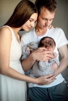 Neugeborenes baby mit mama und papa zu hause