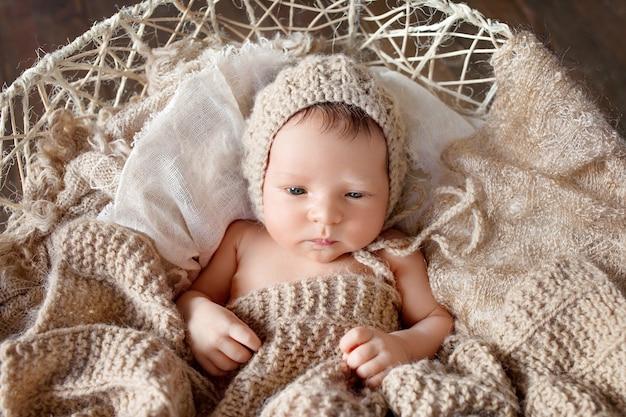 Neugeborenes baby mit offenen augen. hübscher neugeborener junge 19 tage alt