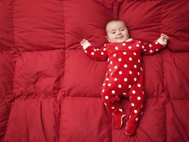 Neugeborenes baby mit weihnachtsanzug