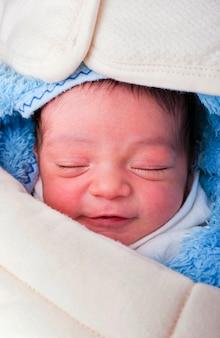 Neugeborenes baby schläfriges lächeln