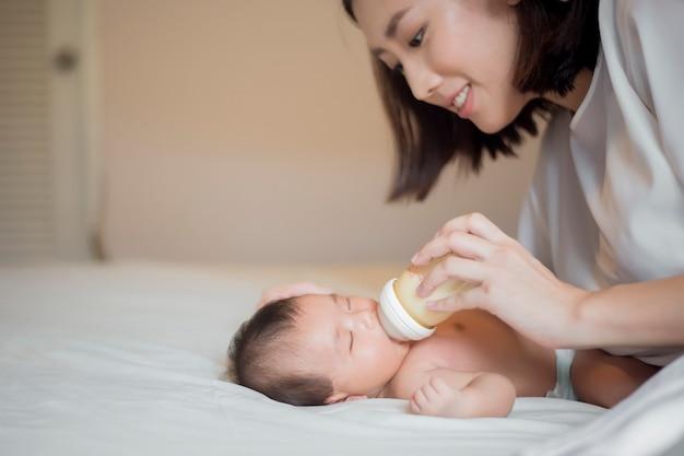 Neugeborenes baby trinkt milch von ihrer mutter