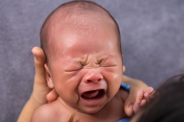 Neugeborenes baby weinen