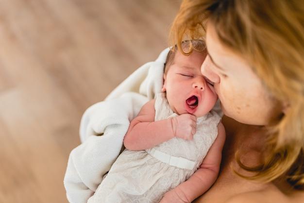 Neugeborenes gähnendes baby.
