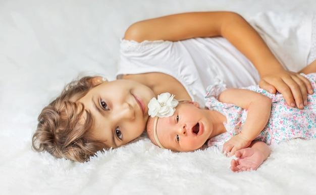 Neugeborenes kleinkind mit älterer schwester. selektiver fokus. menschen.