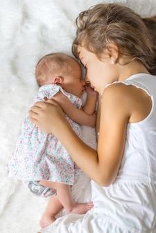 Neugeborenes kleinkind mit älterer schwester