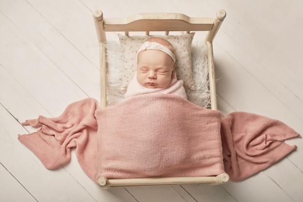 Neugeborenes mädchen auf einem weißen