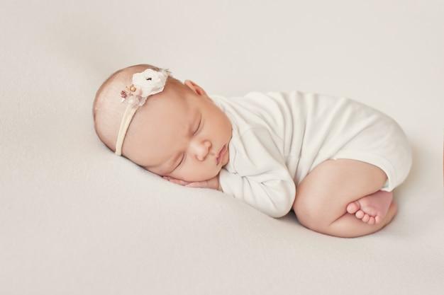 Neugeborenes mädchen auf hellem hintergrund
