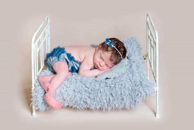 Neugeborenes mädchen, das auf krippe schläft