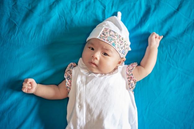 Neugeborenes mädchen des entzückenden babys im schlafzimmer