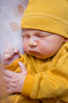 Neugeborenes männliches baby, das ruhig innen schläft