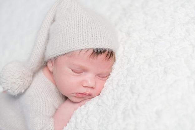 Neugeborenes zärtlich schlafend auf weichem bett