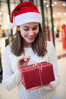 Neugierige frauen öffnen das weihnachtsgeschenk