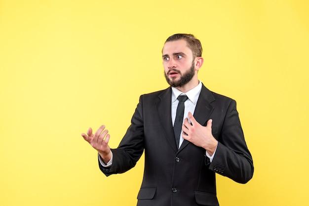 Neugieriger typ, der jemanden auf gelb befragt