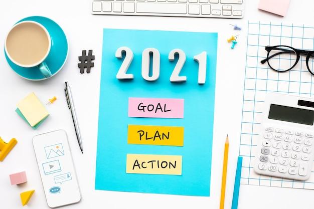 Neujahr 2021, ziel, plan, aktionstext mit modernem bürozubehör.