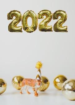 Neujahr 2022 foliengoldballons nummer 2022 und tigersymbol des chinesischen neuen jahres in partymütze
