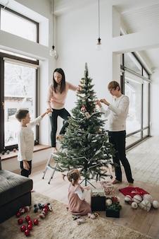 Neujahr. den weihnachtsbaum schmücken. künstlicher baum.