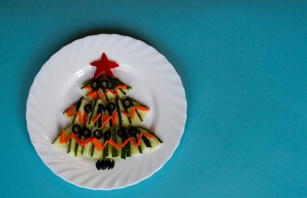 Neujahr essen weihnachtsbaum aus essen auf blauem hintergrund kreative idee des neuen jahres year