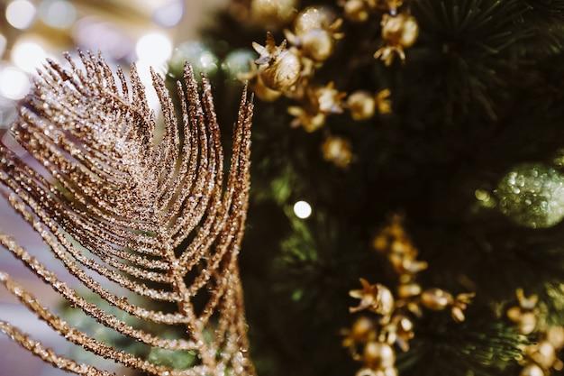 Neujahr festliche goldene komposition weihnachtsbaumzweige magische dekoration