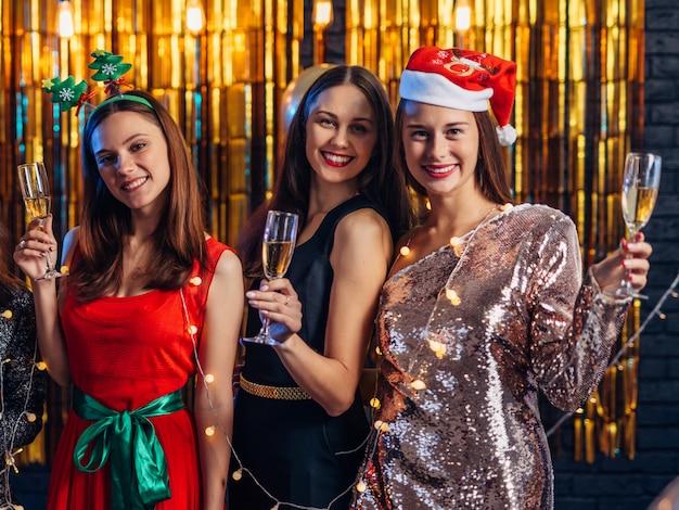 Neujahr. gruppe von personen, die weihnachtsfest feiert.