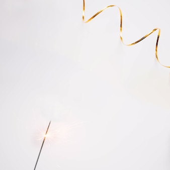Neujahr hintergrund mit goldenen band