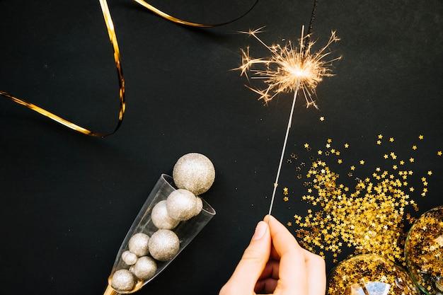 Neujahr hintergrund mit hand mit wunderkerze