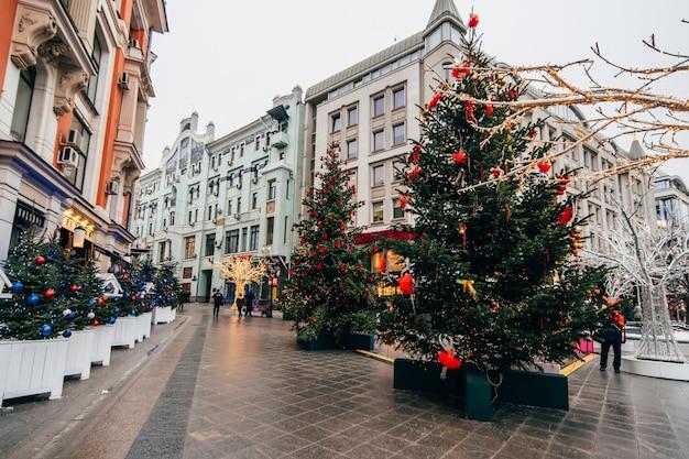 Neujahr in moskau, arbat ist mit weihnachtsbäumen geschmückt