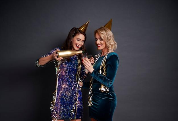 Neujahr ist eine gute zeit, um champagner zu trinken