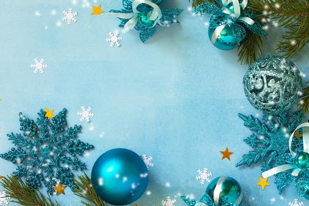 Neujahr konzept zusammensetzung weihnachtsdekor auf blauem hintergrund draufsicht flach kopieren raum