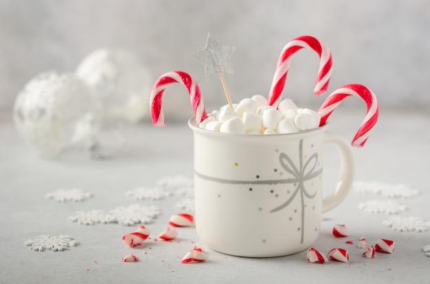 Neujahr oder weihnachten konzept. komposition mit marshmallows und zuckerstangen