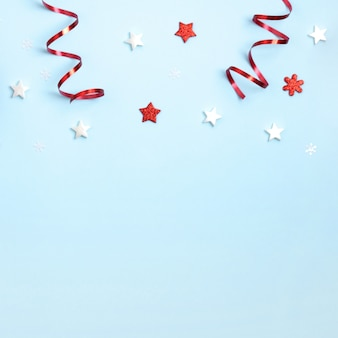 Neujahr und weihnachten komposition. feld frome rote und weiße weihnachtsspielwaren auf blauem papier. draufsicht, flache lage, copyspace
