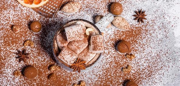 Neujahr, weihnachtsgetränk. tasse heiße schokolade mit weißen marshmallows auf konkretem hintergrund.