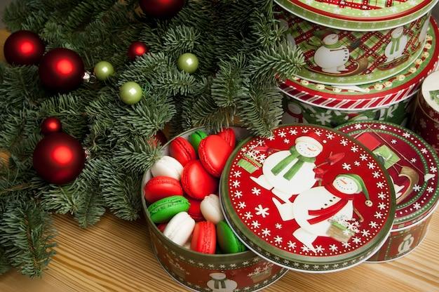 Neujahr weihnachtsplätzchen mit weihnachtsschmuck und dem weihnachtsbaumzweig