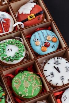 Neujahrs-adventskekse. weihnachtshintergrund, geschenk für kinder.