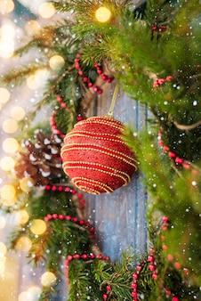 Neujahrs kranz aus fichte und weihnachtsschmuck