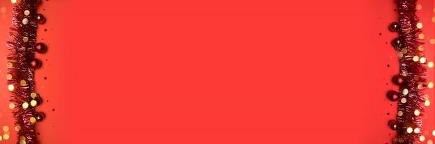 Neujahrs- oder weihnachtskarte mit glänzendem lametta auf einem roten hintergrund mit copyspace