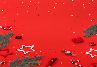 Neujahrs- oder weihnachtsschmuck auf rotem tisch