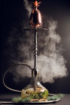 Neujahrs-shisha, die geruchstannen-shisha, in der nähe befinden sich zapfen und zweige des baumes