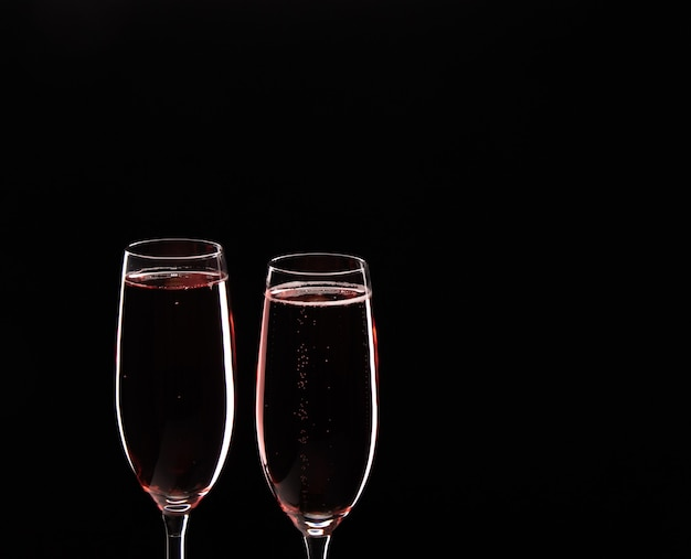 Neujahrs-toast-champagner-konzept mit festlichen dekorationen