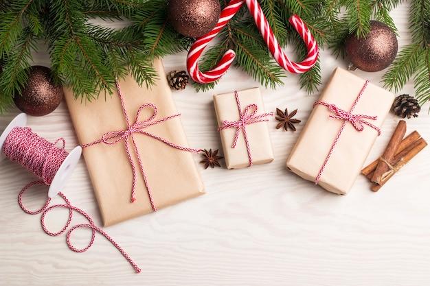 Neujahrs- und weihnachtsgeschenke unter einem baumwinterferienkonzept