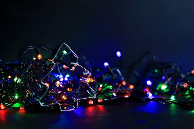 Neujahrs- und weihnachtshintergrund mit flackernden glühbirnen