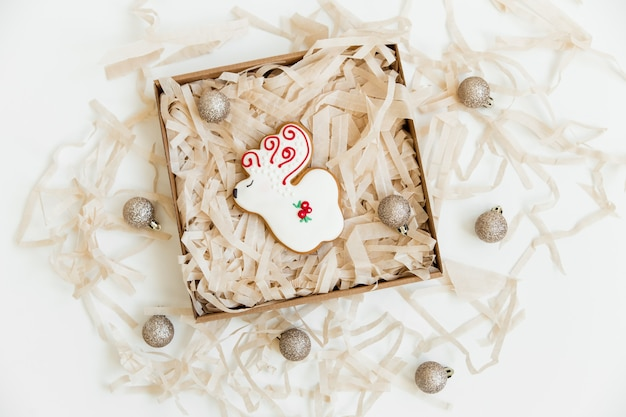 Neujahrs- und weihnachtslebkuchenplätzchen und weihnachtskugeln. hirsch geformt. draufsicht. minimalistischer stil.